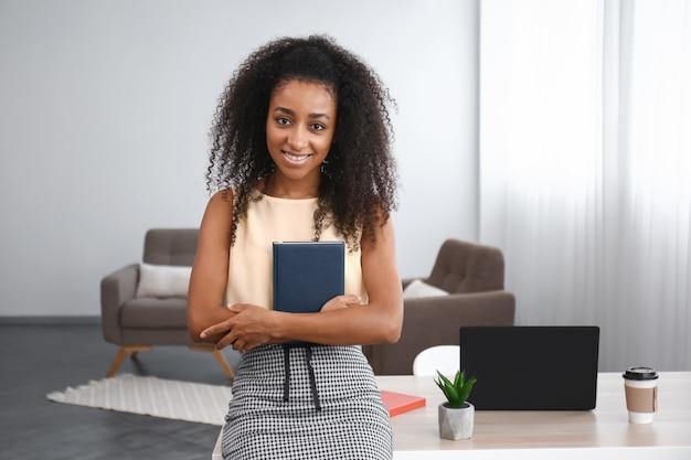 사무실에서 노트북으로 아름다운 아프리카 계 미국인 사업가의 초상화