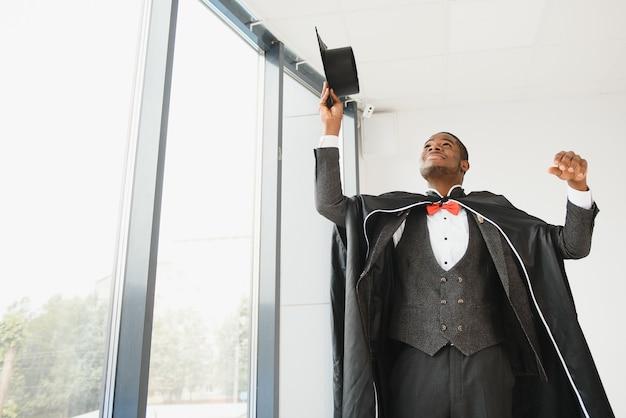 Портрет красивой афро-американской выпускницы