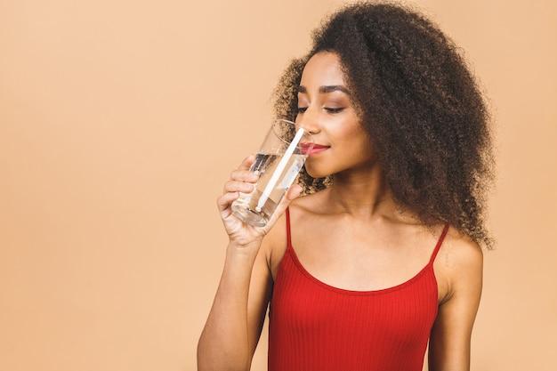 Портрет красивой афро-американской женщины питьевой воды