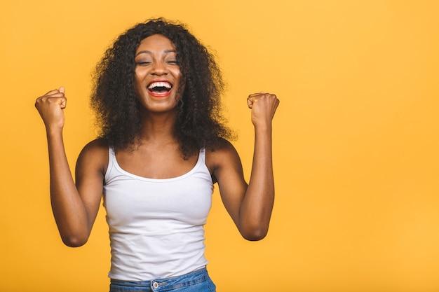 Портрет красивой афро-американской женщины счастливой