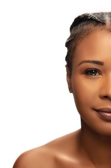 Портрет красивой афро-американской женщины, изолированные на белом фоне студии.