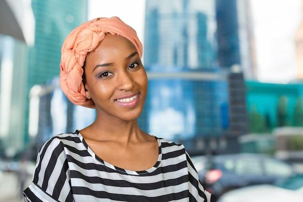 Портрет красивой афро-американской женщины улыбается