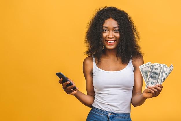지폐와 아름 다운 아프리카 계 미국인 여자의 초상화