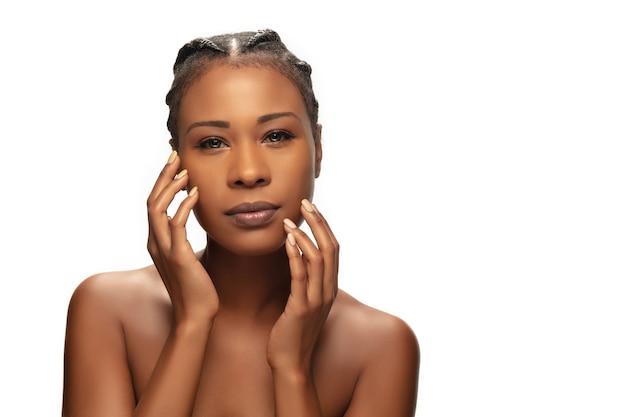 Портрет красивой афроамериканской женщины, изолированной на фоне белой студии
