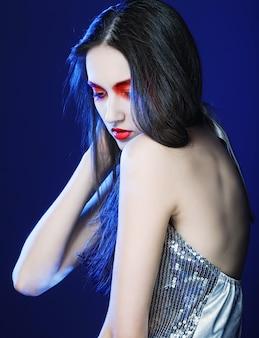 赤いメイクで美しく、ファッションモデルの女性の肖像画