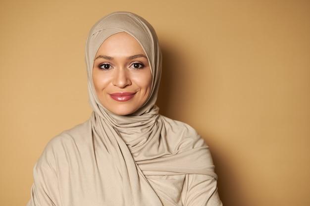 ヒジャーブを身に着けている美しいアラブのイスラム教徒の女性の肖像画
