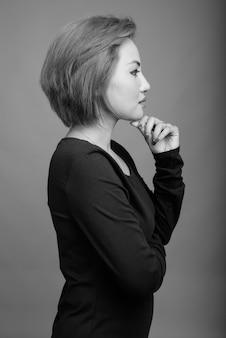 黒と白の灰色の美しいアジアの実業家の肖像画