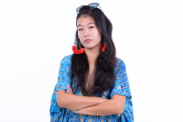白で隔離の休暇の準備ができて美しいアジアの観光客の女性の肖像画