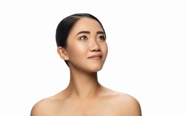 Портрет красивой азиатской женщины изолированной на белой предпосылке студии. красота, мода, уход за кожей