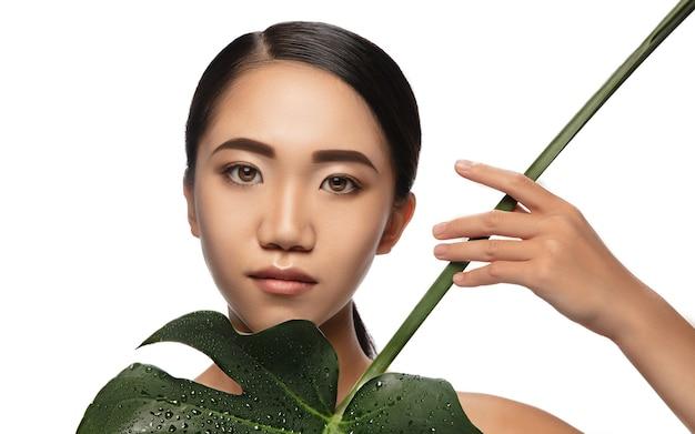 白で隔離の美しいアジアの女性の肖像画