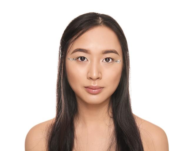 白い背景の上の美しいアジアの女性の肖像画