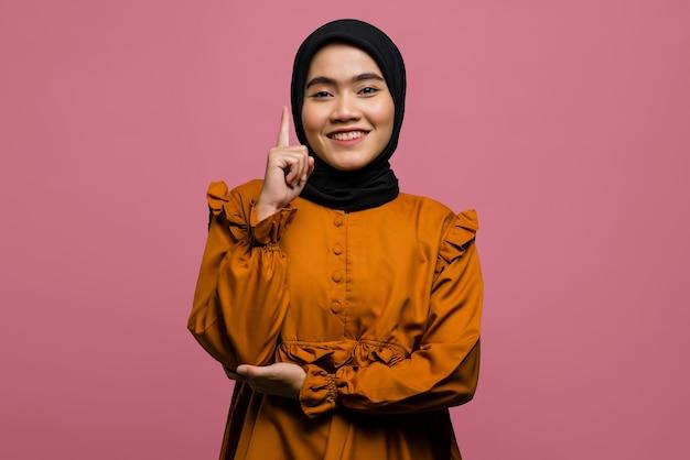 미소하고 좋은 생각이 아름다운 아시아 여자의 초상화