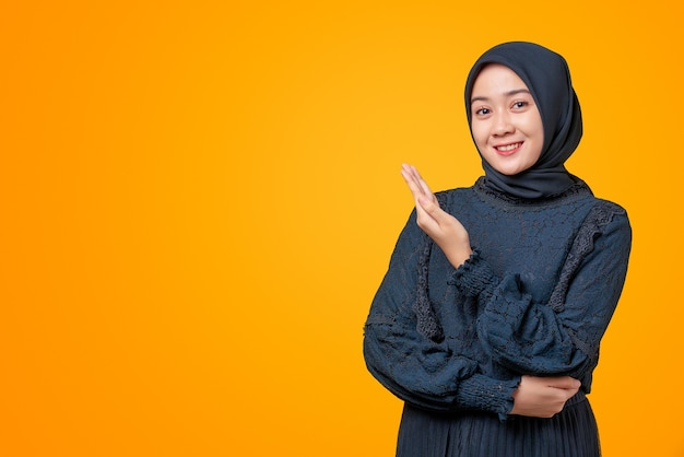 笑顔で商品を見せる美しいアジア人女性のポートレート