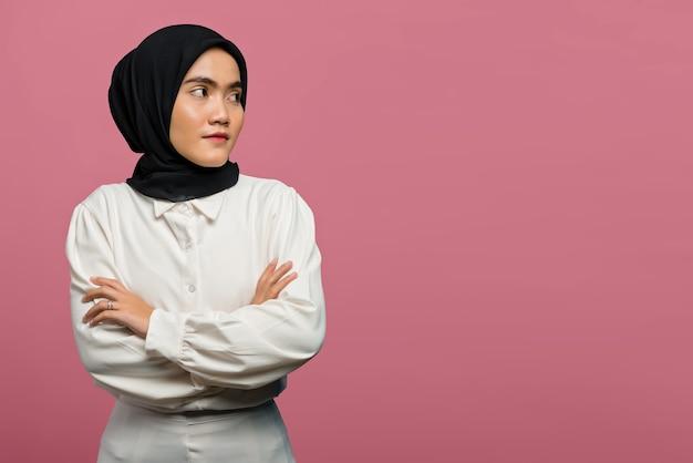 Портрет красивой азиатской женщины в белой рубашке со сложенной рукой