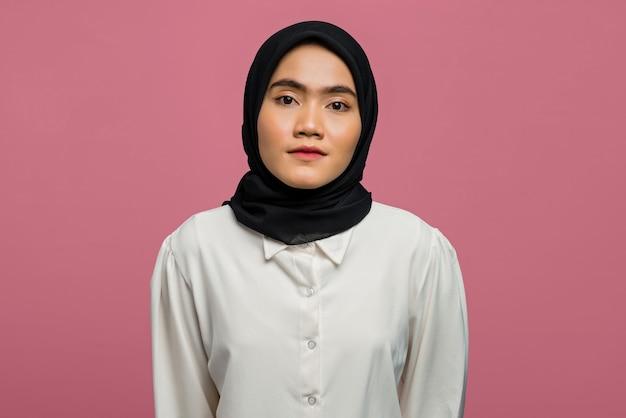 Портрет красивой азиатской женщины в белой рубашке