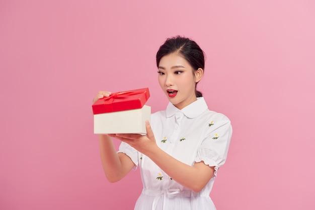 선물 상자와 함께 아름 다운 아시아 여자의 초상화