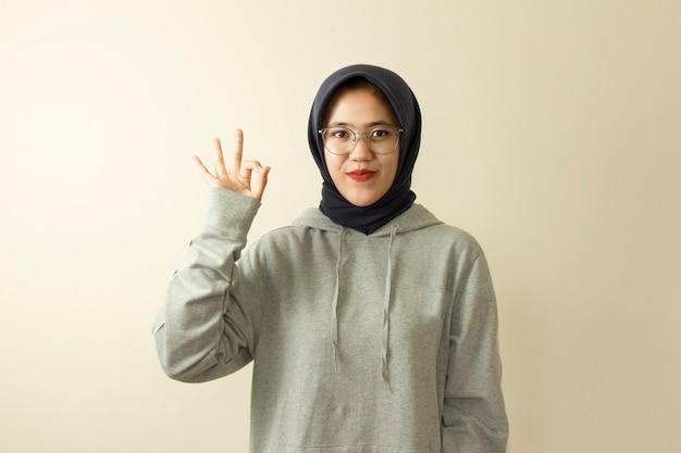 美しいアジアの若いカジュアルな現代のイスラム教徒の女性の肖像画