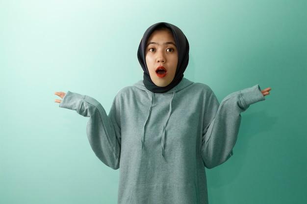 美しいアジアの若いカジュアルな現代のイスラム教徒の女性の十代の肖像画