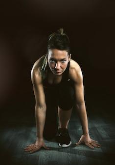 실행할 준비가 포즈를 취하는 아름다운 운동 여자의 초상화