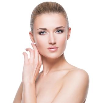 깨끗 한 얼굴-흰색 절연 아름 다운 매력적인 젊은 금발 여자의 초상화.