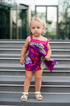 階段の上の美しい女の赤ちゃんの肖像画
