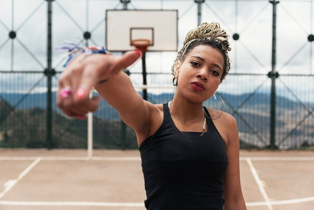 近所の美しい黒人女性のポートレート。スラムコンセプト。