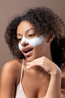 얼굴 마스크를 쓴 아름다운 흑인 여성의 초상화