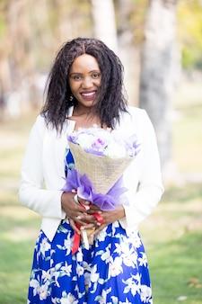 花と美しい黒人女性の肖像画