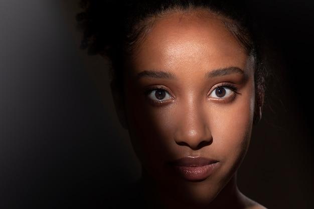 신비한 그림자를 가진 아름다운 흑인 여성의 초상화