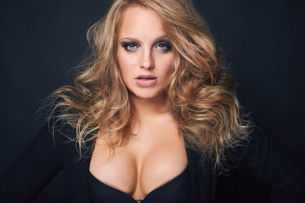 Портрет красивая блондинка сексуальная женщина на черном