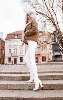 따뜻한 옷을 입고 아름 다운 금발 여자의 초상화