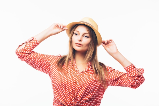白い背景で隔離の麦わら帽子の美しい金髪の女性の肖像画