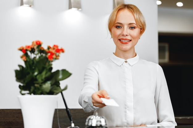 Портрет красивой блондинки портье отеля крупным планом