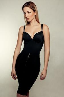 Портрет красивой блондинки в черном платье