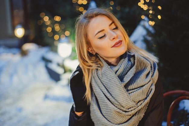 Портрет красивой блондинкой, прогулки на свежем воздухе в холодную зимнюю ночь