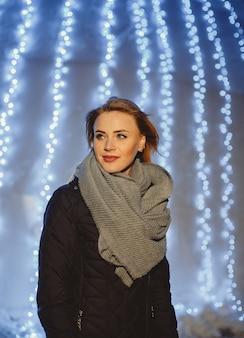 寒い冬の夜に屋外で歩く美しい金髪の女性の肖像画