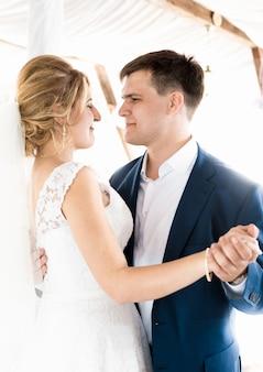 Портрет красивой невесты и жениха, танцующих на свадебной церемонии