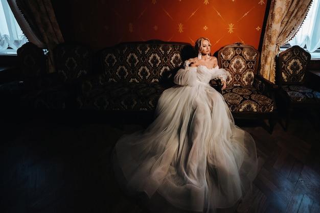 ホールの美しい花嫁の肖像画。