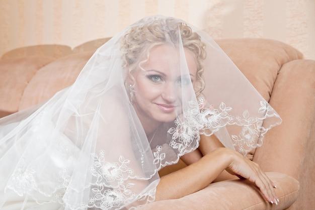 クラシックホワイトを着て化粧品で美しい花嫁の肖像画