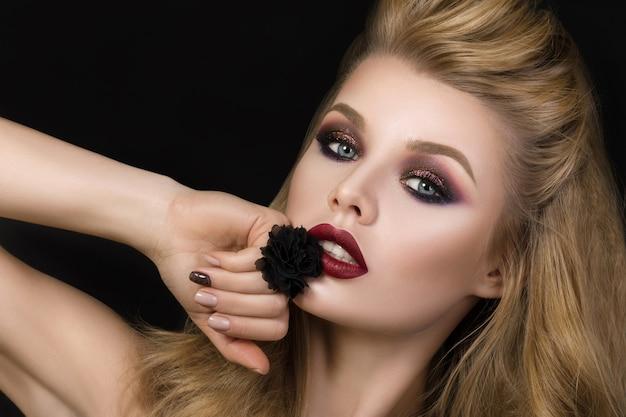 ファッションメイクと黒いリングの美しい黒髪の女性の肖像画