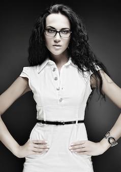 Портрет красивой девушки брюнетки в очках