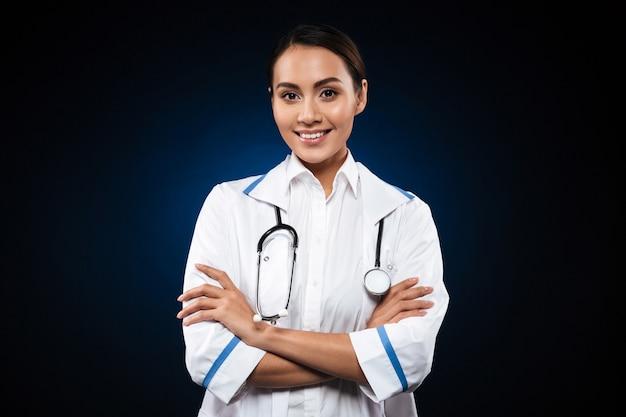 Портрет красивая брюнетка медсестра, изолированных на черном