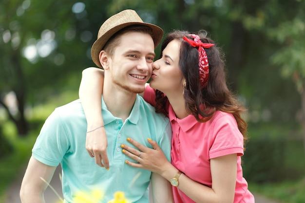 Портрет красивой кавказской пары, отдыхающей в парке