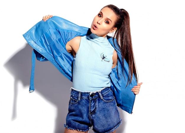 Портрет красивой кавказской улыбающейся брюнетки модели в ярко-синем пиджаке на белом фоне