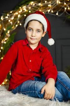 お祝いの服を着た美しい子供の肖像画。
