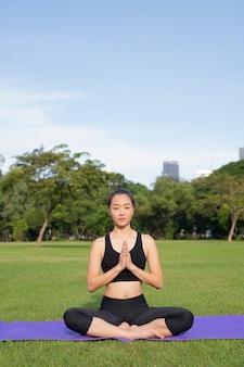 공원에서 아름 다운 중국 여자 운동의 초상화