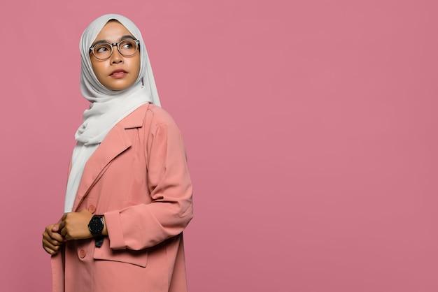 Hijab를 착용하고 찾는 아름다운 자신감 아시아 여자의 초상화