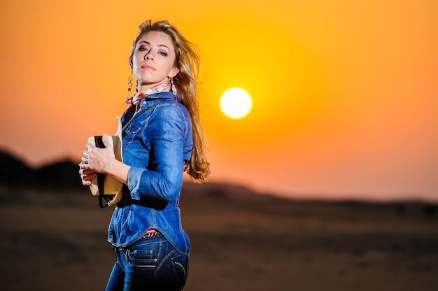 赤い夕日の前に美しい国の少女の肖像画