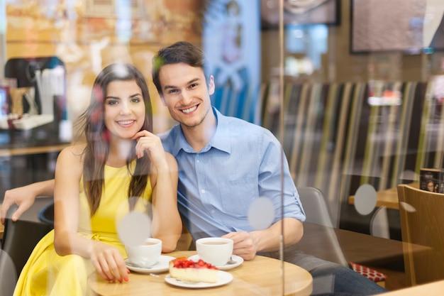 カフェで美しいカップルの肖像画