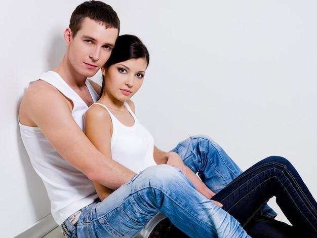 Портрет красивой пары позирует